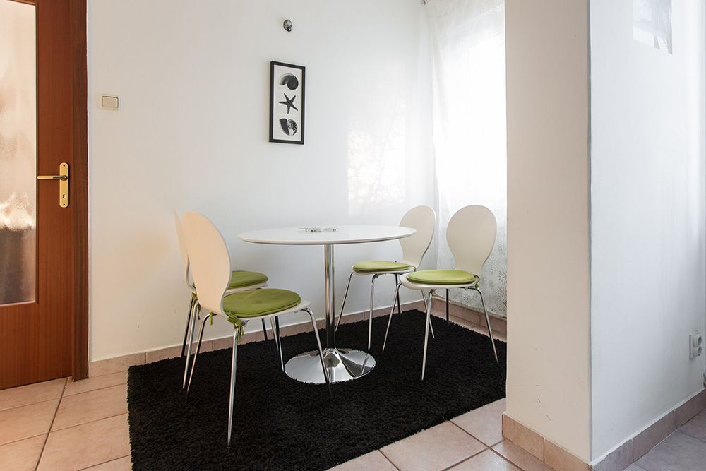 Dining area with round table for 5 persons.