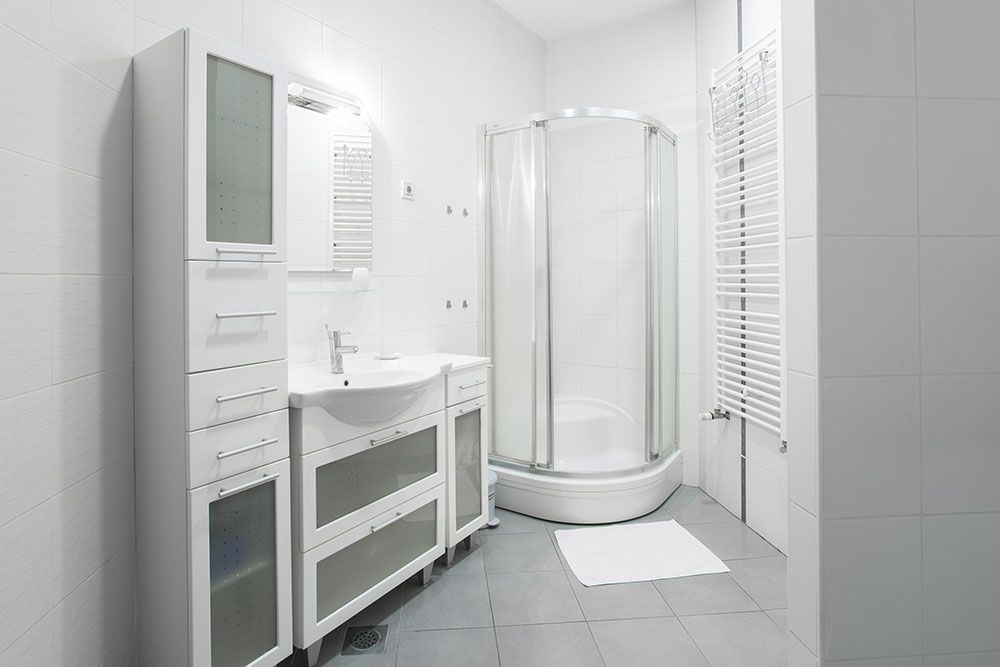 Big bathroom with shower toilet, sink and washing machine.